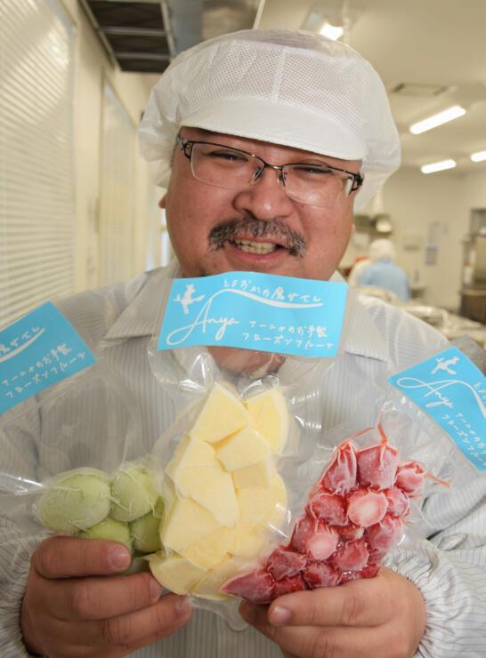(左から)シャインマスカット、リンゴ、夏秋イチゴを手にする前田さん