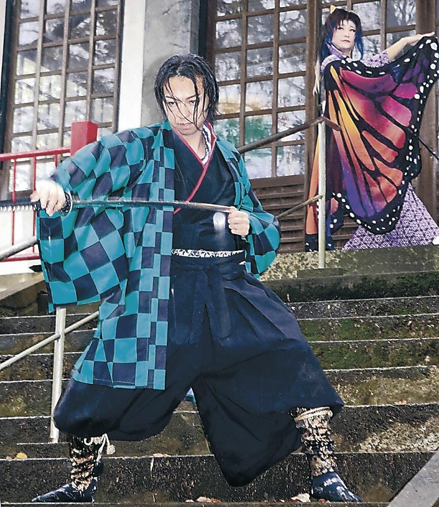 「鬼滅の刃」のキャラクターに扮した右近さん(手前)=観法寺町