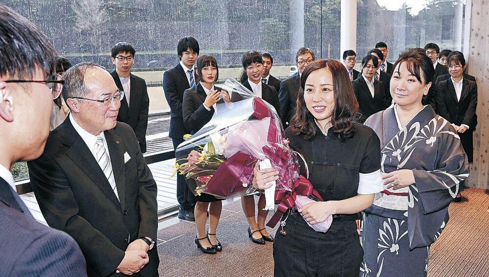 金沢学院大生と交流する綿矢さん(中央)と村山さん=金沢市のしいのき迎賓館
