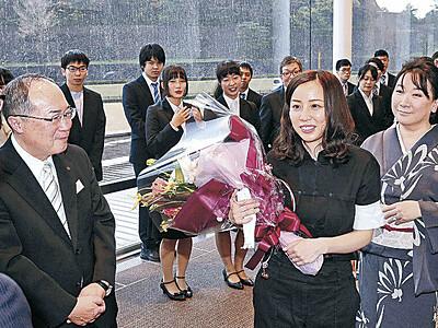 綿矢りささん受賞に喜び 金沢で島清恋愛文学賞贈呈式