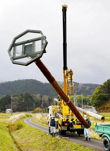 コウノトリの定着を願って設置される人工巣塔=11月28日、福井県越前市菖蒲谷町