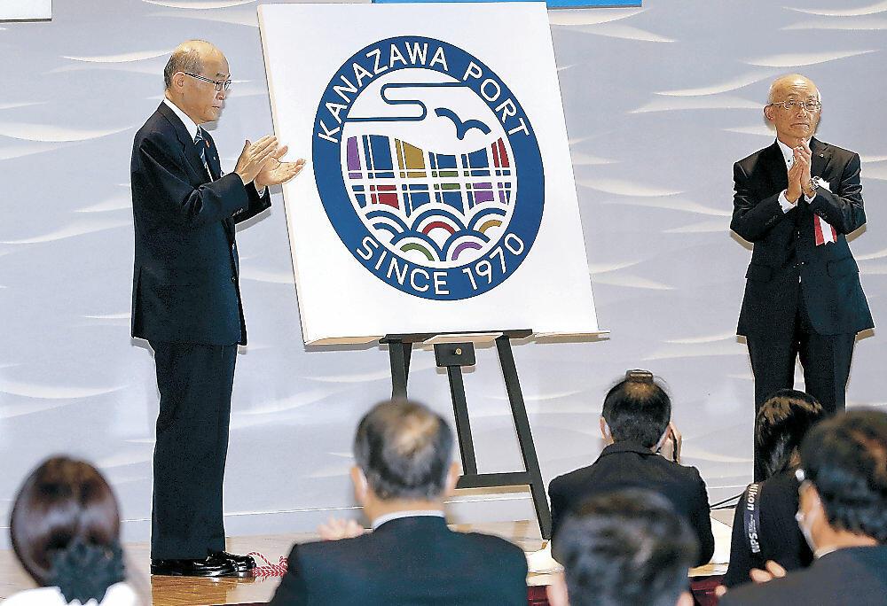 シンボルマークが発表され、金沢港の一層の飛躍を期した開港50周年記念式典=金沢市の同港クルーズターミナル