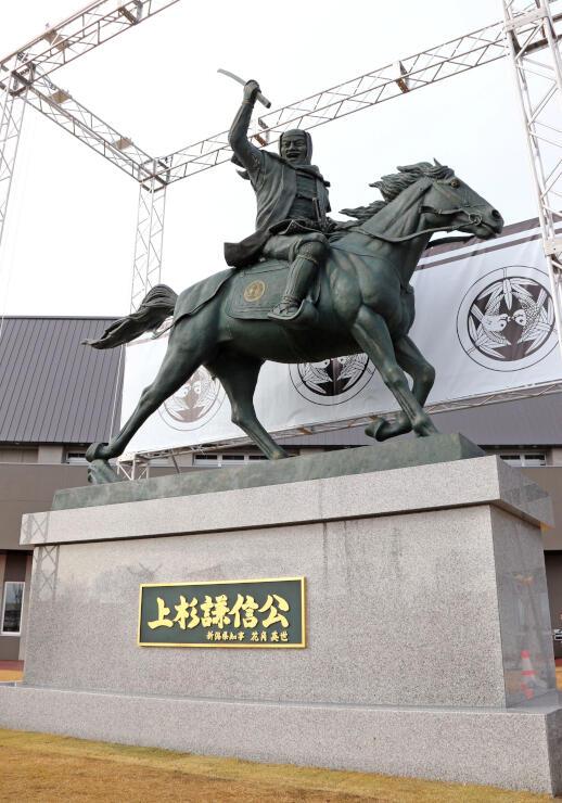お披露目された県立武道館の上杉謙信像=29日、上越市