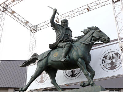 上杉謙信像 騎馬姿で「出陣じゃ」 上越 県立武道館