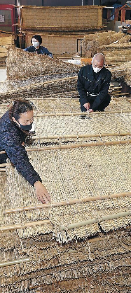 土塀に掛ける薦を準備する職員=大和町の金沢職人大学校