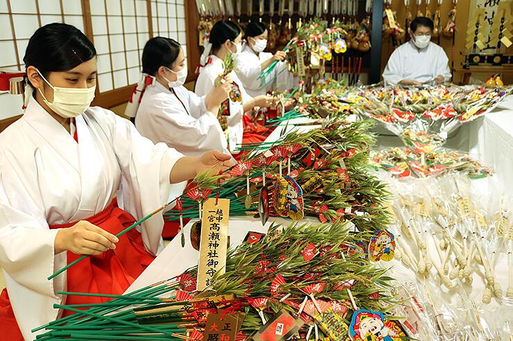 初詣に向け縁起物を準備するみこ=高瀬神社