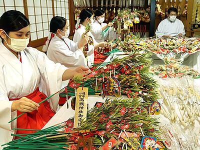 初詣に向け縁起物準備 南砺 高瀬神社