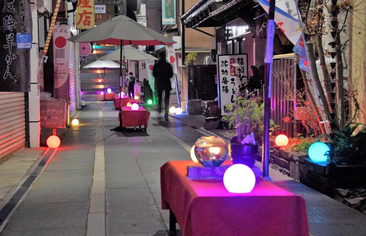赤や青などの明かりで北向観音の参道を彩るボールライト