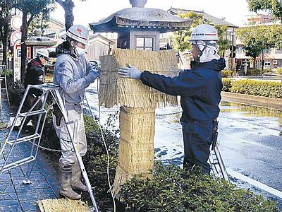 加賀・山代温泉 沿道の石燈籠にこも掛け