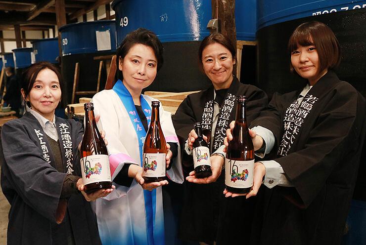 完成したブレンド酒を紹介する組合員=桝田酒造