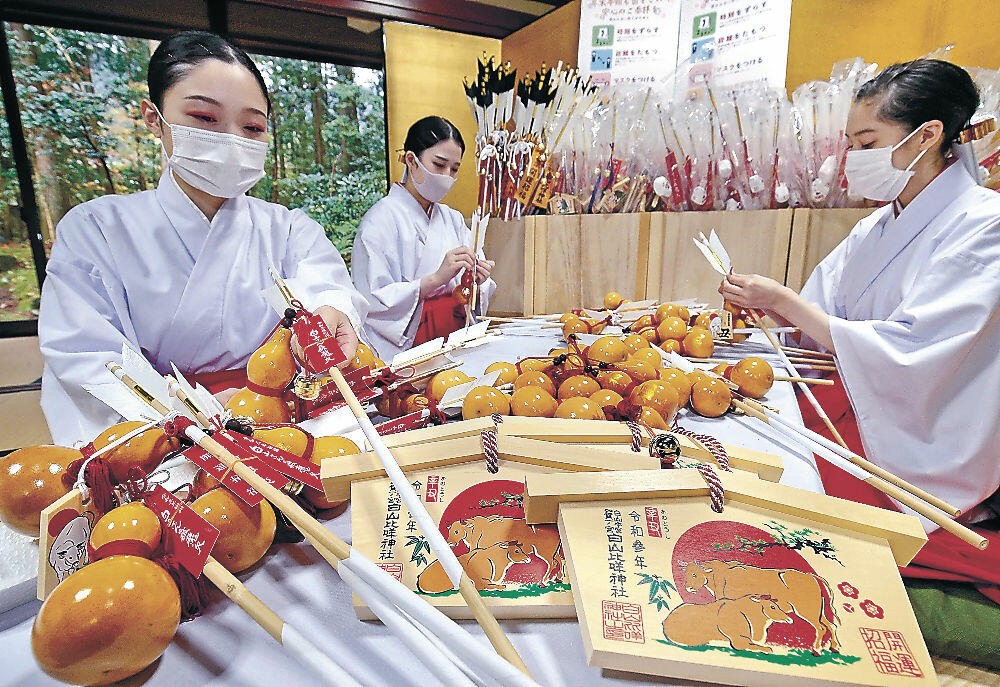 新年に向け縁起物の準備を進る舞女=白山比咩神社