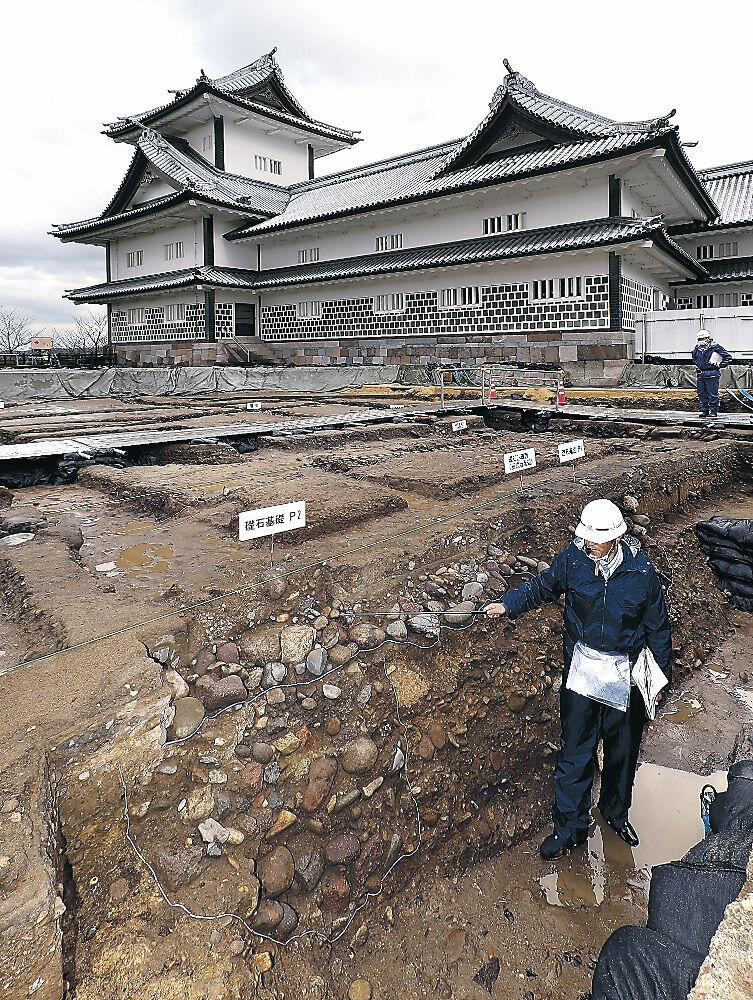 調査で確認された柱の基礎部分=金沢城公園二の丸広場