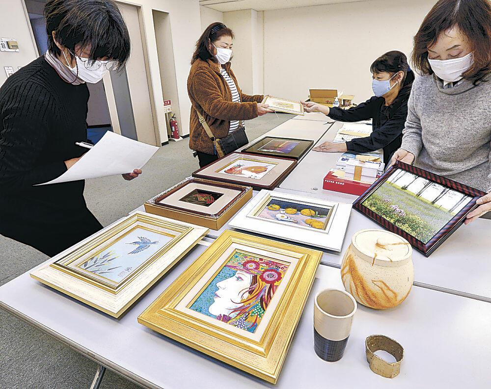 チャリティー展に向け、地元作家が持ち寄った作品=金沢市の北國新聞会館