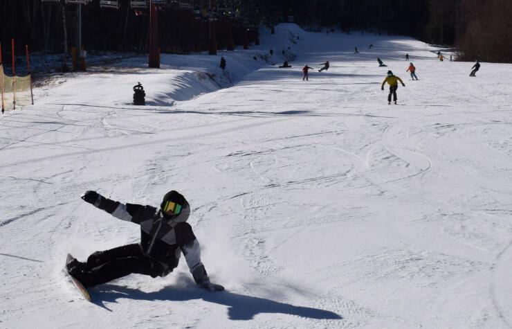 オープンしたゲレンデでスキーやスノボードを楽しむ人たち