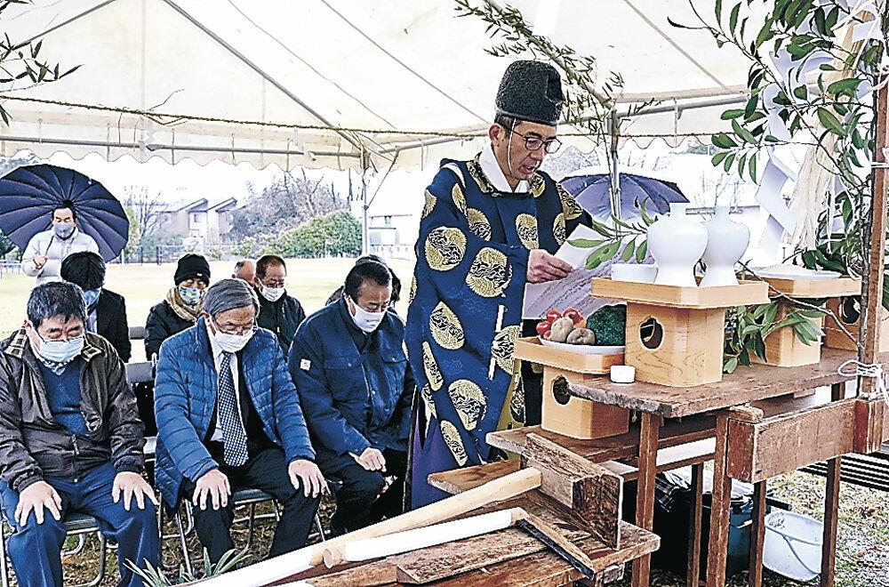 石碑の完成を祈念する関係者=加賀市大聖寺耳聞山町の耳聞山公園