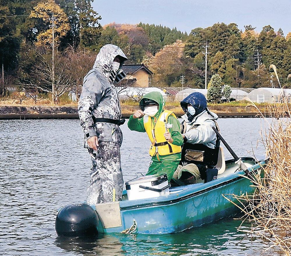 ワカサギ釣りを楽しむ愛好家=七尾市赤浦町の赤浦潟