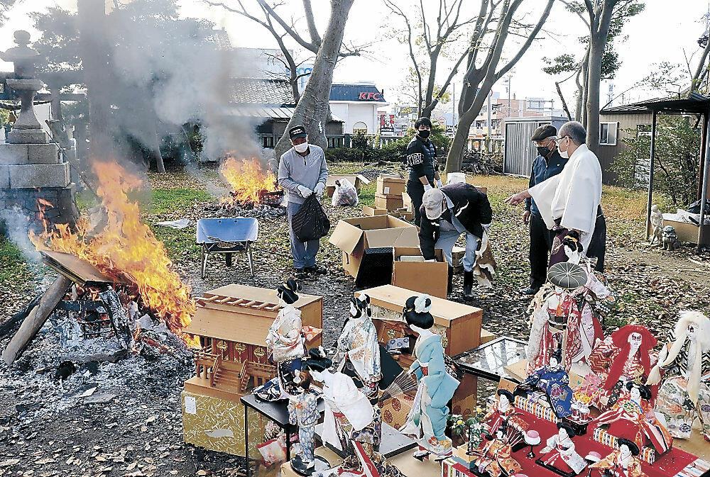 人形をたき上げする氏子=北安江2丁目の安江住吉神社