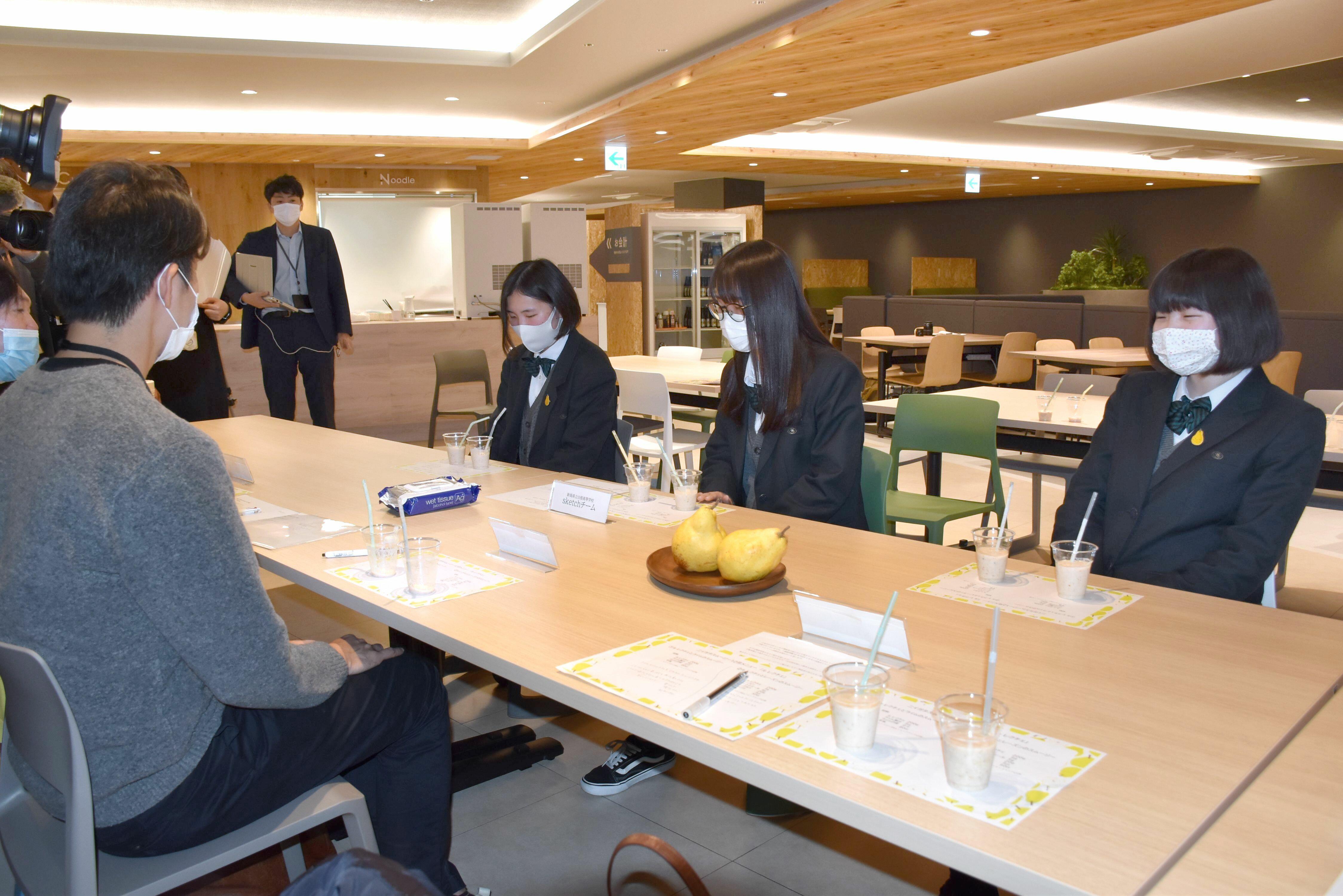 飲み比べをして味を選ぶ白根高生徒ら=新潟市中央区のJR東日本新潟支社