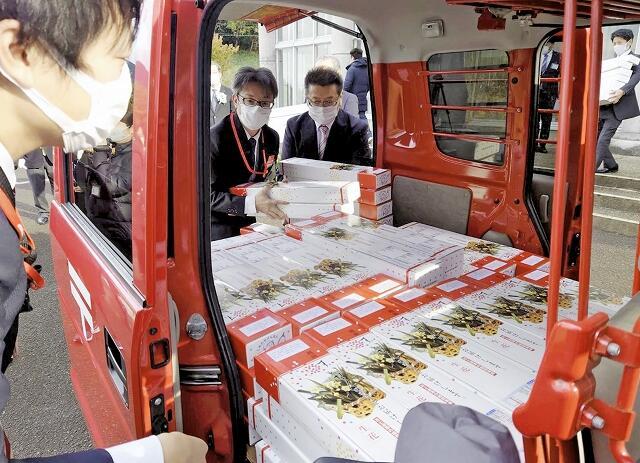 運搬車両に続々と運び込まれた箱詰めの越前水仙=12月7日、福井県越前町血ケ平