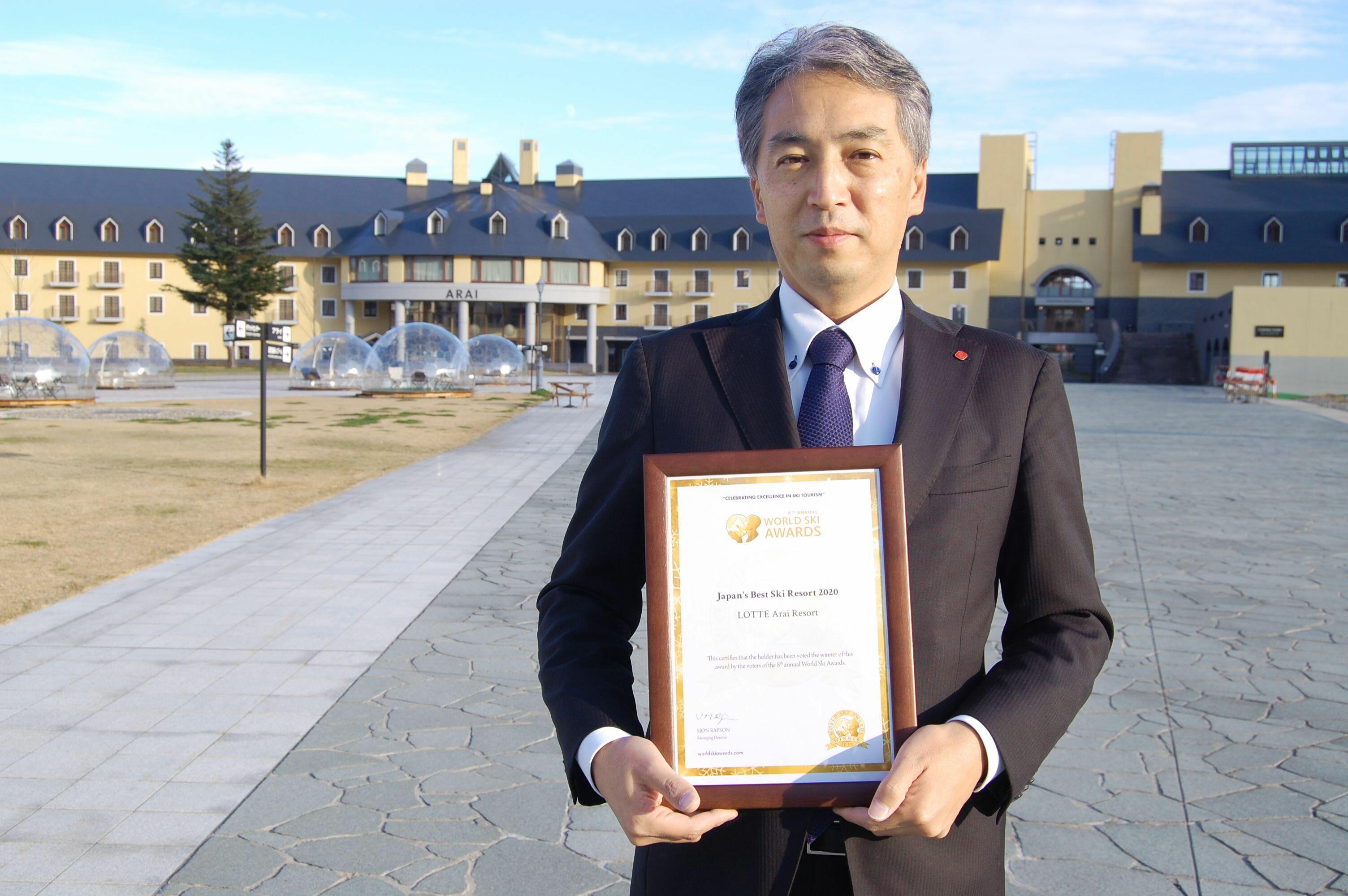 「日本のベストスキーリゾート2020」の賞状を持つ中谷高士代表取締役兼総支配人=妙高市のロッテアライリゾート