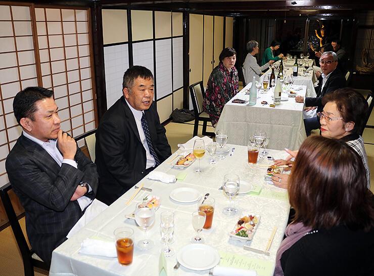 試食会に出席した新川社長(左)や野村社長(同2人目)ら