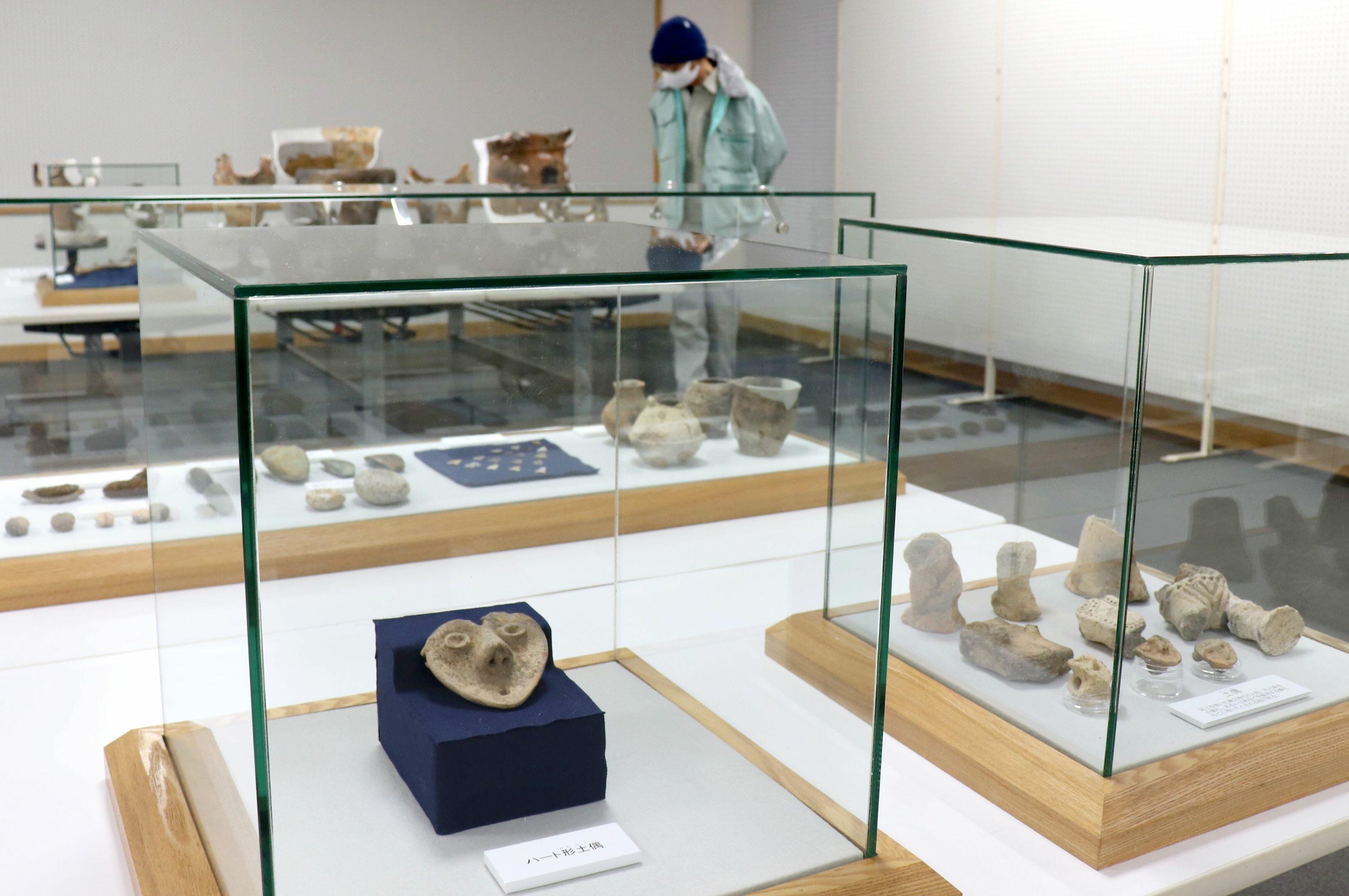県内最大のハート形土偶頭部が初公開された「災害の考古学」展=阿賀野市山口町1