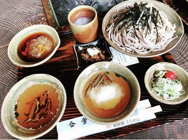 なめこ入り大根おろし、じゅんさい入りとろろ、ゴマ風味の3種類の味が楽しめる「りうぜんそば」=福井県永平寺町の「古跡館りうぜん」