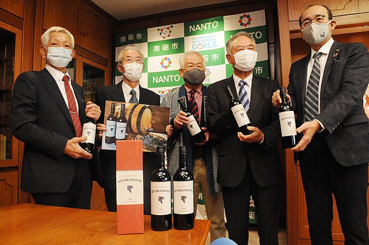 ワインの完成を報告する「医王の恵み」のメンバーら
