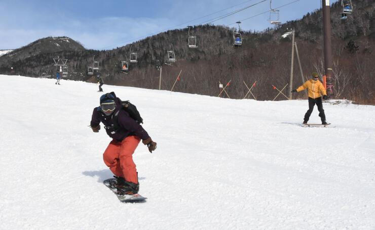 栂池高原スキー場で雪の感触を楽しむ人たち