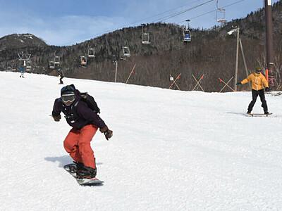 大北一番乗り、スキー場開き 「栂池高原」雪の感触楽しむ