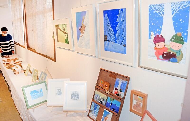 ぬくもりを感じる絵や木工作品が並ぶ青山さんの作品展=12月9日、福井県高浜町宮崎の高浜まちづくりネットワーク
