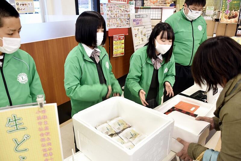 コウギク入り生どら焼きを販売した若狭東高生=12月10日、福井県小浜市のハーツわかさ店