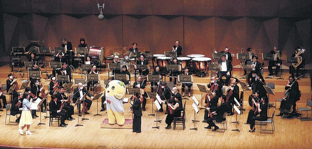 OEKを指揮したふなっしー=石川県立音楽堂