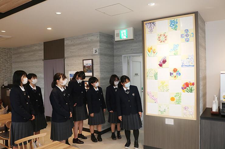 原画を担当した鏝絵「花テラス」を見学する小杉高校生