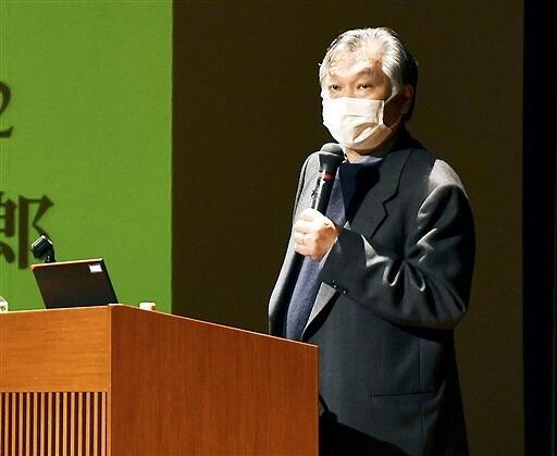 「吉継カフェ」で講演する奈良大の外岡教授=12月12日、福井県敦賀市きらめきみなと館
