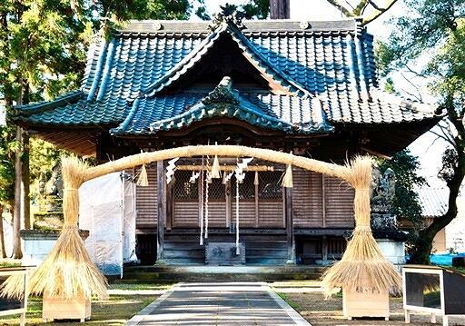 日吉神社の境内に設置されたアーチ形しめ飾り=福井県鯖江市上野田町(宮総代提供)