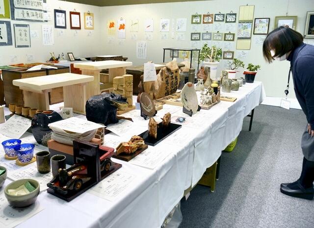 陶器などの作品が並ぶチャリティーオークション=12月14日、福井県鯖江市文化の館