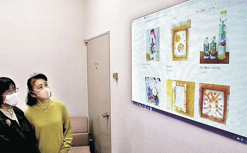 ウェブ上で公開された桜貝の作品を確認する女性部員=志賀町富来活性化センター