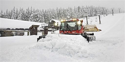 12月18日のオープンに向け準備が進むゲレンデ=12月16日、スキージャム勝山(スキージャム勝山提供)