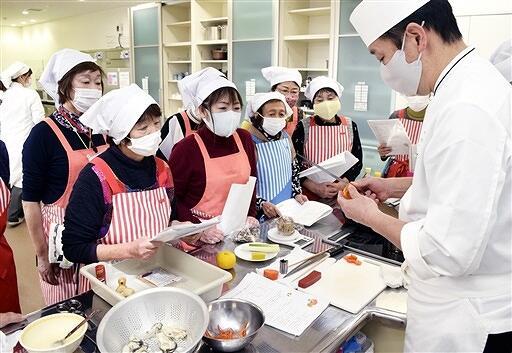 あわら温泉旅館の料理人から料理を学ぶ参加者=12月15日、福井県あわら市の食育スタジオ