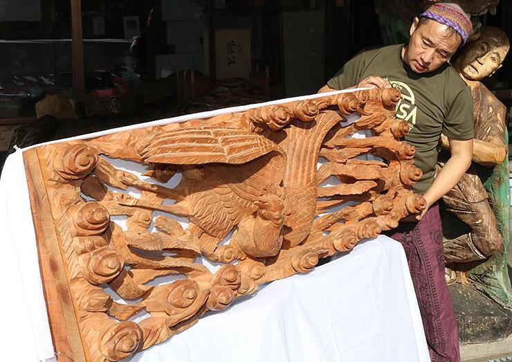 欄間風の木彫刻品を見つめる音琴さん