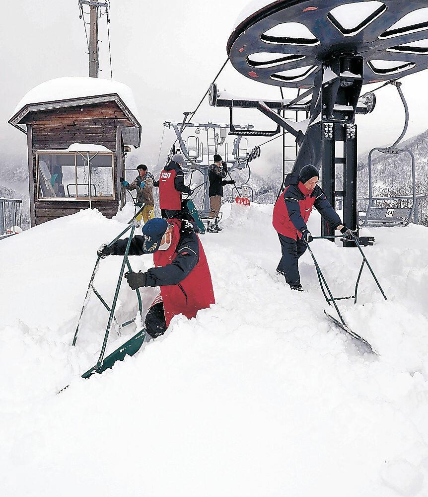 オープンに向け急ピッチで準備する関係者=17日午後2時半、白山市の一里野温泉スキー場