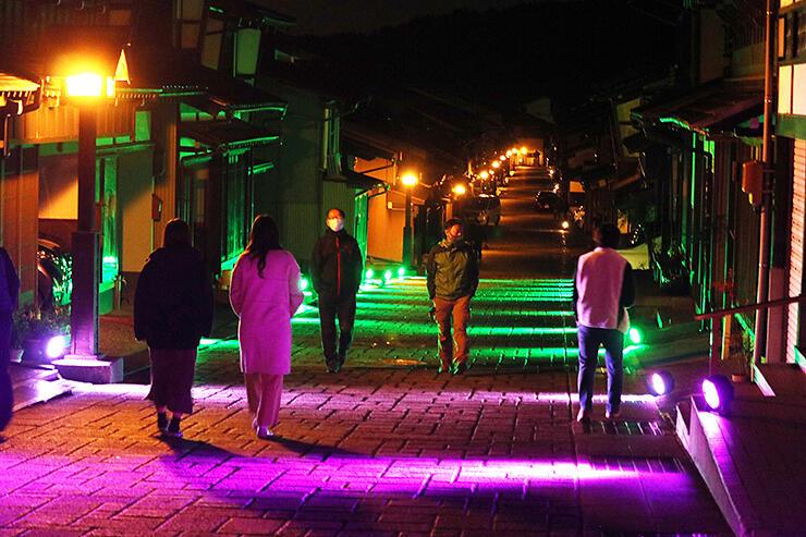 試験点灯で、幻想的に彩られた諏訪町通り
