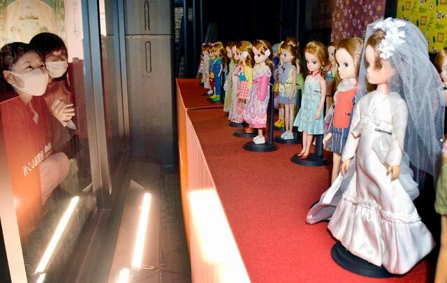 約100点のリカちゃん人形が並ぶ展示会=12月17日、福井県敦賀市の敦賀赤レンガ倉庫