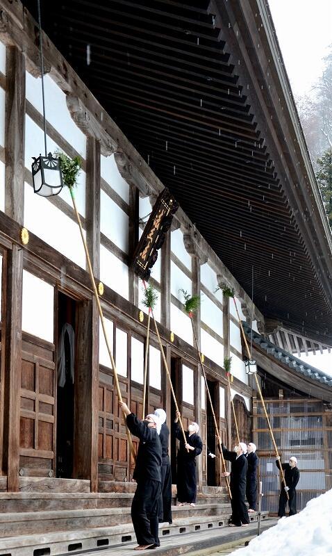 法堂の外側の汚れを落とす雲水=12月19日、福井県永平寺町の大本山永平寺