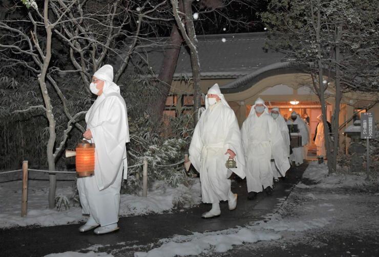 御供所での儀式を終え、本堂に向かう浄土宗一山の住職たち=20日午前1時31分、長野市の善光寺