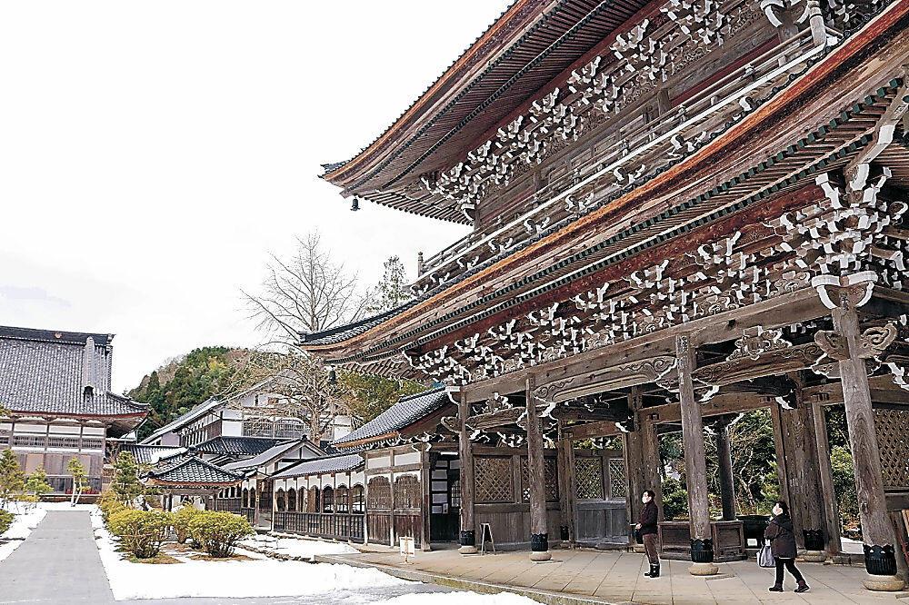 復興工事が完了した山門(手前)と香積台(奥)=輪島市門前町の總持寺祖院
