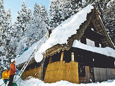 世界遺産の屋根雪下ろし 相倉合掌造り集落で今季初