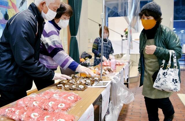 杉箸アカカンバの加工品4種を並べたPR販売会=12月21日、福井県敦賀市役所