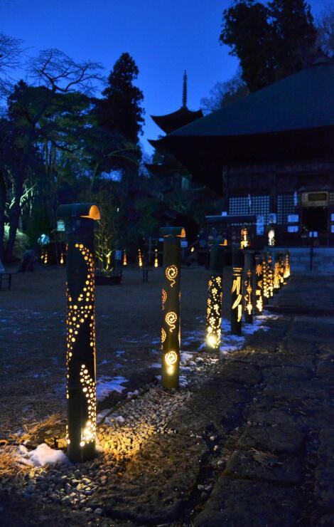 大法寺の境内を照らす竹灯籠。奥に見える影が国宝・三重塔